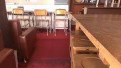 廃校から調達したという懐かしい机と椅子